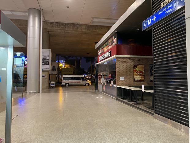Chùm ảnh: Hình ảnh trái ngược ở ga quốc tế Tân Sơn Nhất trong năm nay và năm trước dịp gần Tết Nguyên đán-23