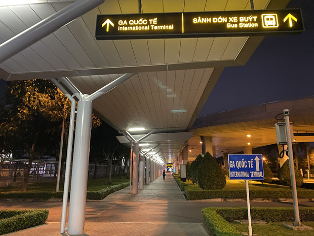 Chùm ảnh: Hình ảnh trái ngược ở ga quốc tế Tân Sơn Nhất trong năm nay và năm trước dịp gần Tết Nguyên đán-26