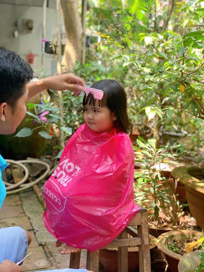"""Hình ảnh bố cắt tóc cho con chuẩn bị ăn Tết: Người cười xỉu"""" vì quá dễ thương, kẻ xem xong sụt sùi vì nhớ mình của ngày còn nhỏ!-1"""