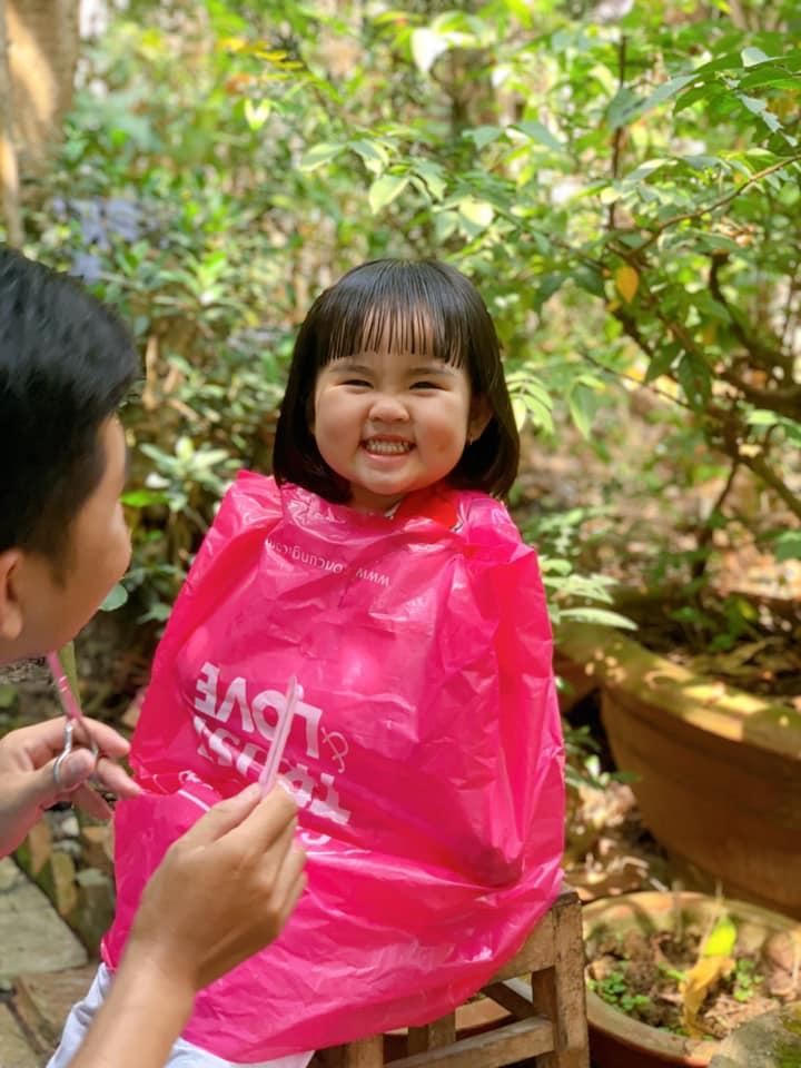 """Hình ảnh bố cắt tóc cho con chuẩn bị ăn Tết: Người cười xỉu"""" vì quá dễ thương, kẻ xem xong sụt sùi vì nhớ mình của ngày còn nhỏ!-5"""
