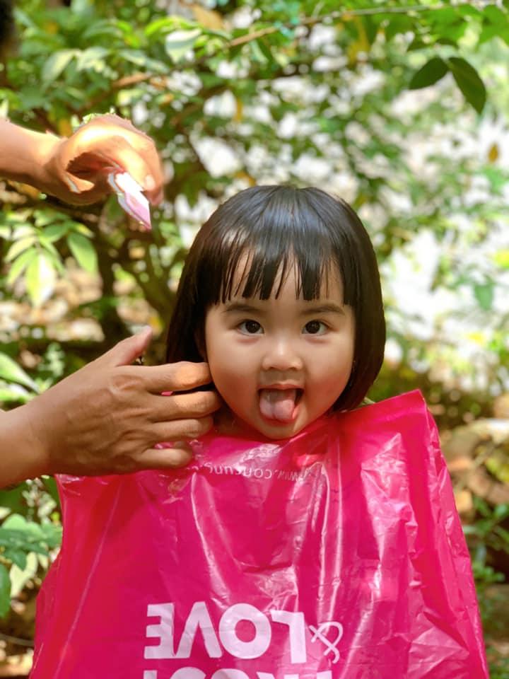 """Hình ảnh bố cắt tóc cho con chuẩn bị ăn Tết: Người cười xỉu"""" vì quá dễ thương, kẻ xem xong sụt sùi vì nhớ mình của ngày còn nhỏ!-6"""