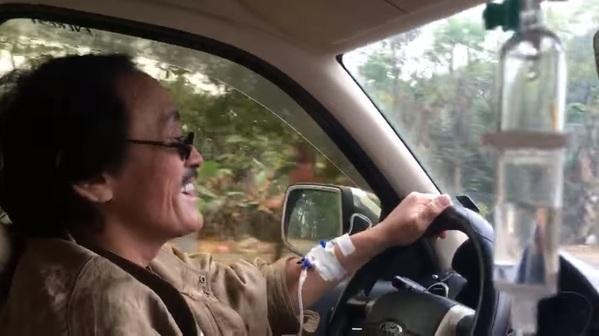 Nghệ sĩ Giang Còi gây hoang mang khi lái xe mà tay vẫn truyền nước-4