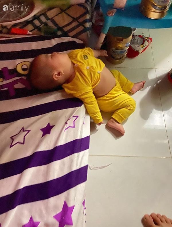 Tối đặt con ngủ ngay ngắn trên gối, nửa đêm tỉnh giấc mẹ không thấy con đâu rồi ôm bụng cười lăn khi thấy cảnh tượng này-1