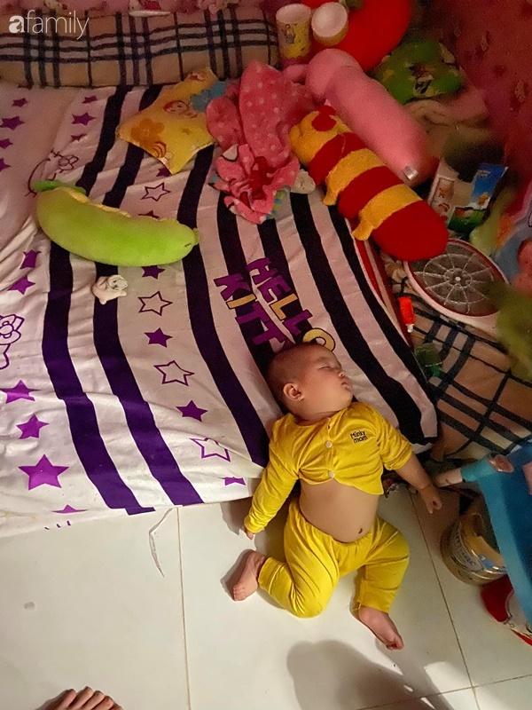 Tối đặt con ngủ ngay ngắn trên gối, nửa đêm tỉnh giấc mẹ không thấy con đâu rồi ôm bụng cười lăn khi thấy cảnh tượng này-3
