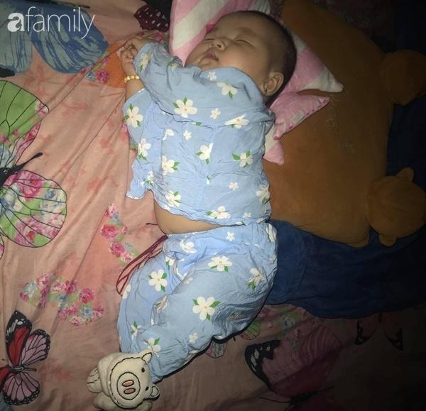 Tối đặt con ngủ ngay ngắn trên gối, nửa đêm tỉnh giấc mẹ không thấy con đâu rồi ôm bụng cười lăn khi thấy cảnh tượng này-5