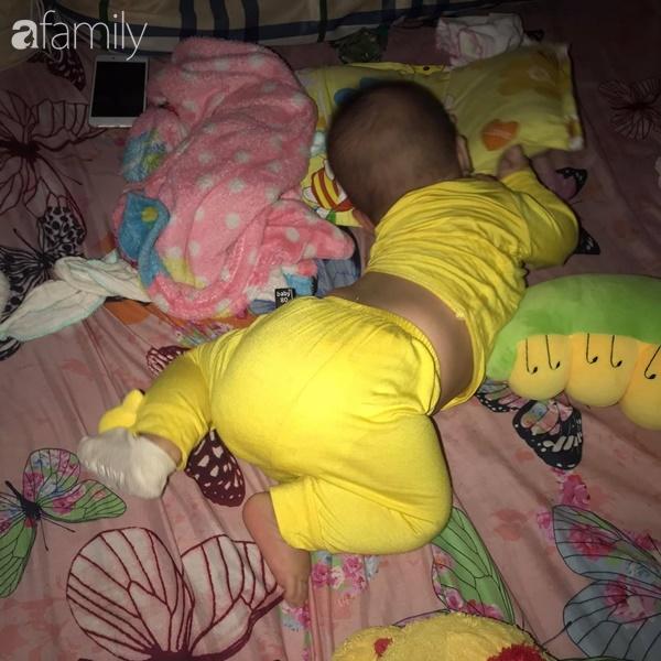 Tối đặt con ngủ ngay ngắn trên gối, nửa đêm tỉnh giấc mẹ không thấy con đâu rồi ôm bụng cười lăn khi thấy cảnh tượng này-8
