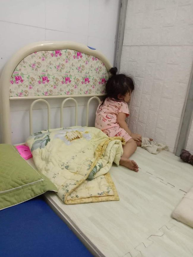 Tối đặt con ngủ ngay ngắn trên gối, nửa đêm tỉnh giấc mẹ không thấy con đâu rồi ôm bụng cười lăn khi thấy cảnh tượng này-9