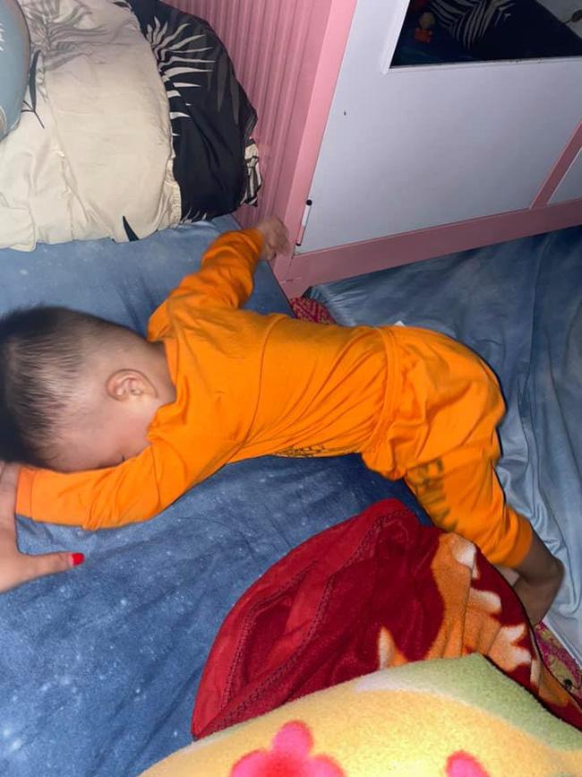 Tối đặt con ngủ ngay ngắn trên gối, nửa đêm tỉnh giấc mẹ không thấy con đâu rồi ôm bụng cười lăn khi thấy cảnh tượng này-10
