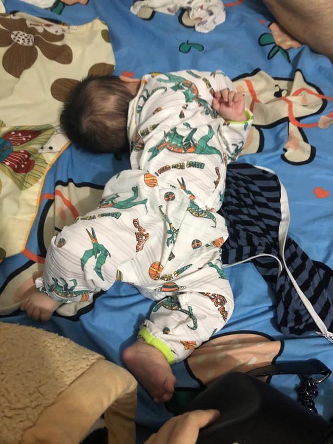 Tối đặt con ngủ ngay ngắn trên gối, nửa đêm tỉnh giấc mẹ không thấy con đâu rồi ôm bụng cười lăn khi thấy cảnh tượng này-11