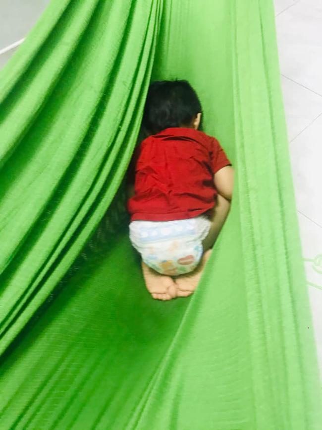 Tối đặt con ngủ ngay ngắn trên gối, nửa đêm tỉnh giấc mẹ không thấy con đâu rồi ôm bụng cười lăn khi thấy cảnh tượng này-13