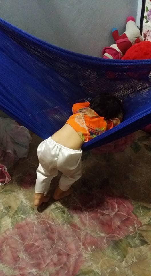 Tối đặt con ngủ ngay ngắn trên gối, nửa đêm tỉnh giấc mẹ không thấy con đâu rồi ôm bụng cười lăn khi thấy cảnh tượng này-14