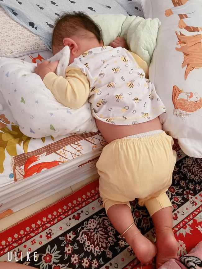 Tối đặt con ngủ ngay ngắn trên gối, nửa đêm tỉnh giấc mẹ không thấy con đâu rồi ôm bụng cười lăn khi thấy cảnh tượng này-15