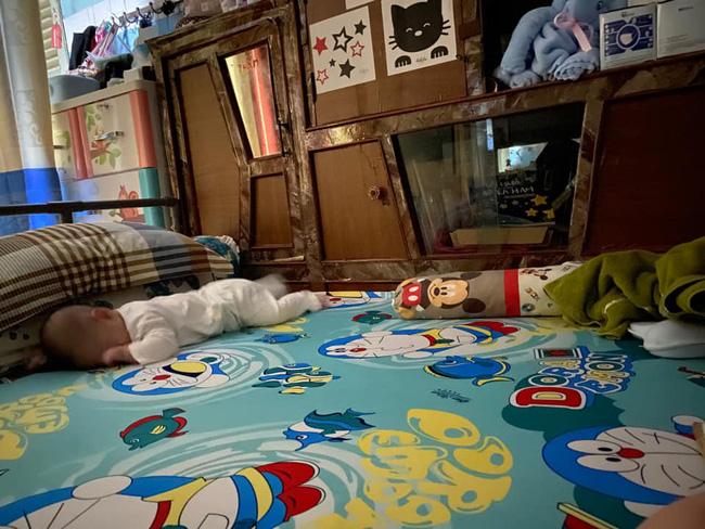 Tối đặt con ngủ ngay ngắn trên gối, nửa đêm tỉnh giấc mẹ không thấy con đâu rồi ôm bụng cười lăn khi thấy cảnh tượng này-17