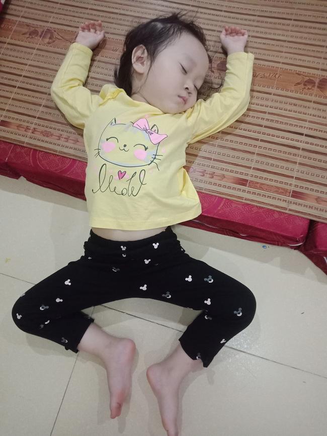 Tối đặt con ngủ ngay ngắn trên gối, nửa đêm tỉnh giấc mẹ không thấy con đâu rồi ôm bụng cười lăn khi thấy cảnh tượng này-18