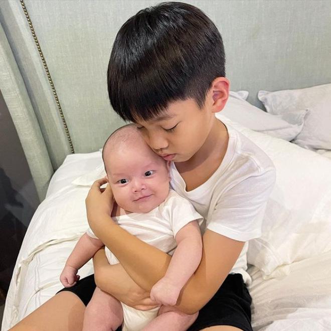 Hình ảnh đáng yêu của Subeo: Nhìn mẹ Hà không chớp mắt, gối đầu lên chân bố Kim Lý-2
