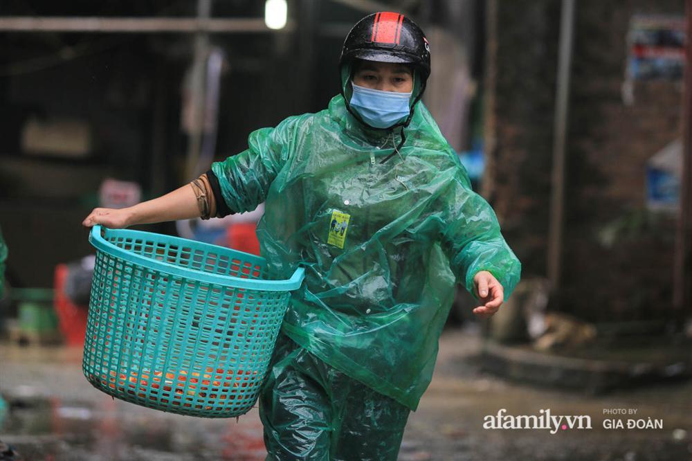 Chợ cá lớn nhất Hà Nội nhộn nhịp trước lễ ông Công ông Táo, dân buôn bở hơi tai vác cả tấn cá mỗi ngày nhưng không rời chiếc khẩu trang-2