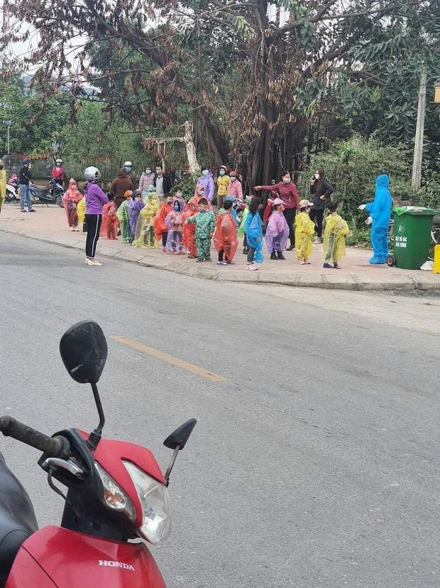 Nhìn hình ảnh các em nhỏ Hải Dương mặc áo mưa, đeo khẩu trang kín mít phòng dịch Covid-19 mà thương!-1