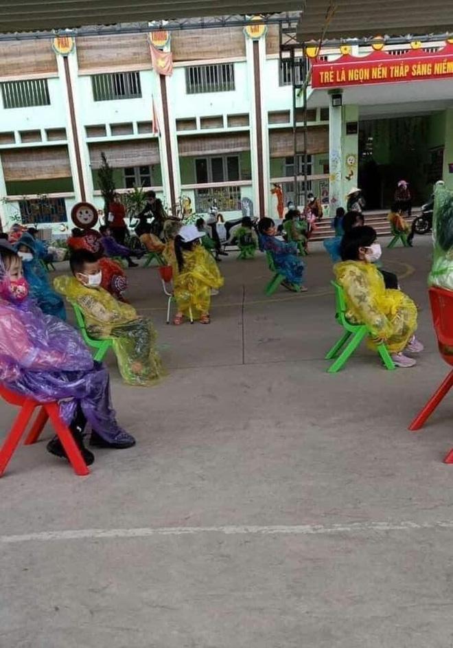 Nhìn hình ảnh các em nhỏ Hải Dương mặc áo mưa, đeo khẩu trang kín mít phòng dịch Covid-19 mà thương!-3
