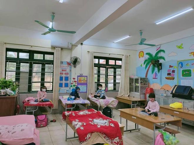 Nhìn hình ảnh các em nhỏ Hải Dương mặc áo mưa, đeo khẩu trang kín mít phòng dịch Covid-19 mà thương!-5