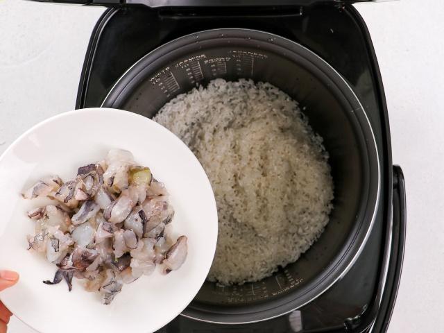 Muốn ăn ngon nhưng ngại dọn, chị em thử món cơm sau đây: Cho hết nguyên liệu vào nồi, bấm nút là xong!-5