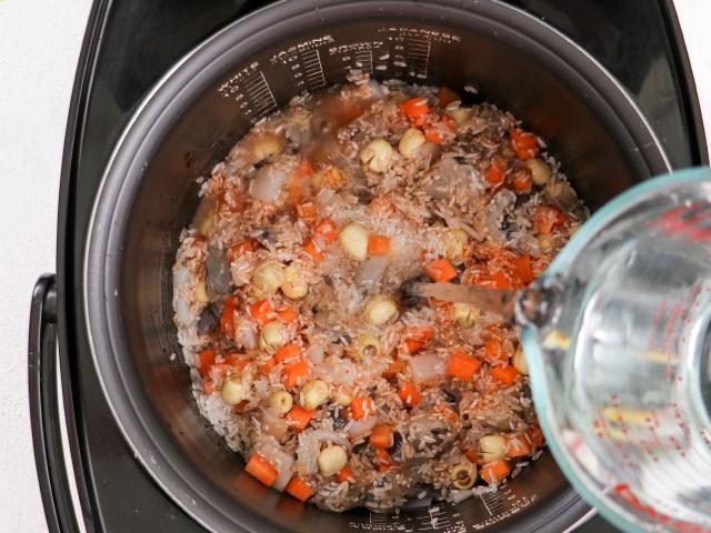 Muốn ăn ngon nhưng ngại dọn, chị em thử món cơm sau đây: Cho hết nguyên liệu vào nồi, bấm nút là xong!-10