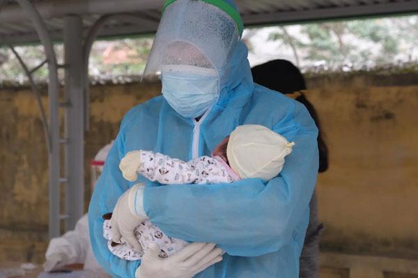 Hải Dương: Em bé 21 ngày tuổi dương tính với SARS-CoV-2 được đưa đi cách ly-1
