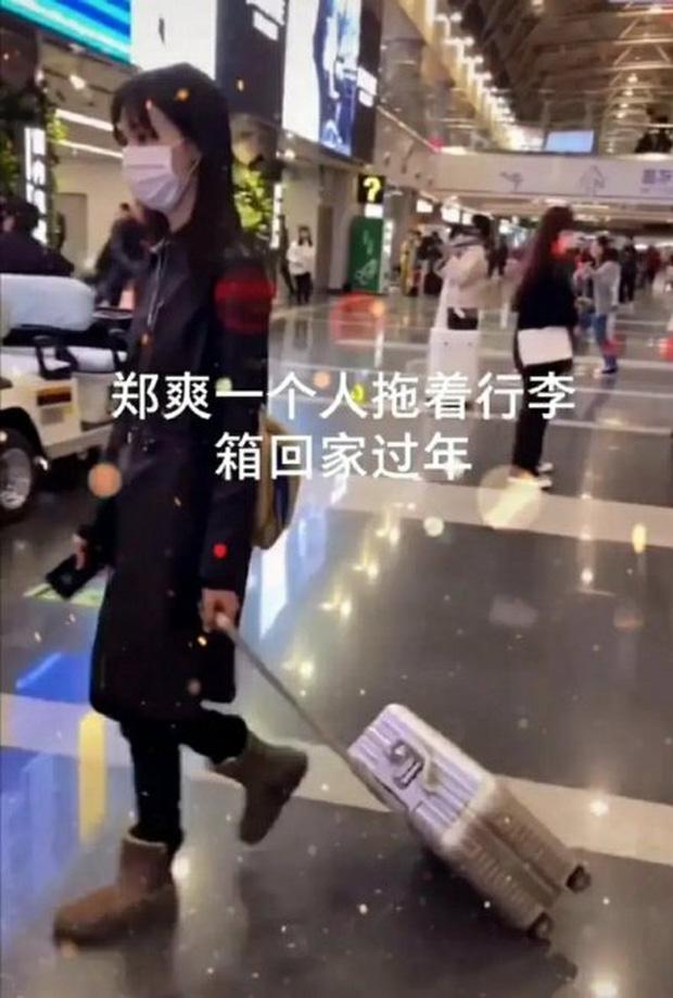 Xôn xao hình ảnh Trịnh Sảng lộ diện sau scandal: Cúi gằm mặt, mệt mỏi kéo vali một mình về quê ăn Tết?-1