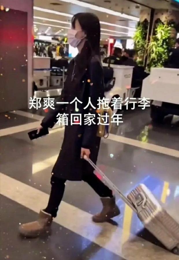 Xôn xao hình ảnh Trịnh Sảng lộ diện sau scandal: Cúi gằm mặt, mệt mỏi kéo vali một mình về quê ăn Tết?-4
