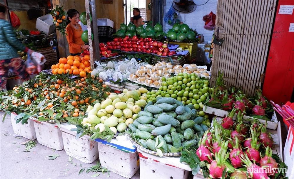 Thị trường đồ lễ ông Công ông Táo sôi động, đồ cúng hàng mã giữ nguyên giá nhưng thực phẩm, hoa quả tăng giá 30%-13