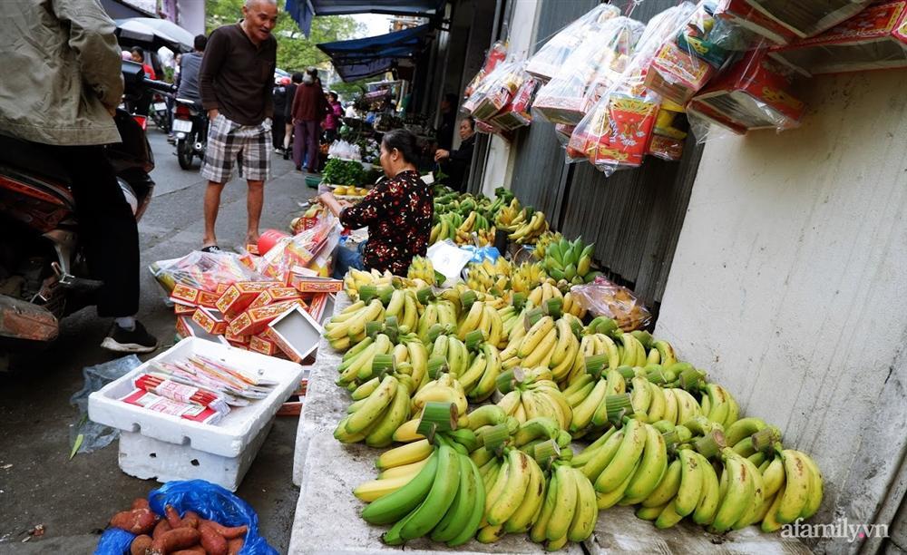 Thị trường đồ lễ ông Công ông Táo sôi động, đồ cúng hàng mã giữ nguyên giá nhưng thực phẩm, hoa quả tăng giá 30%-14