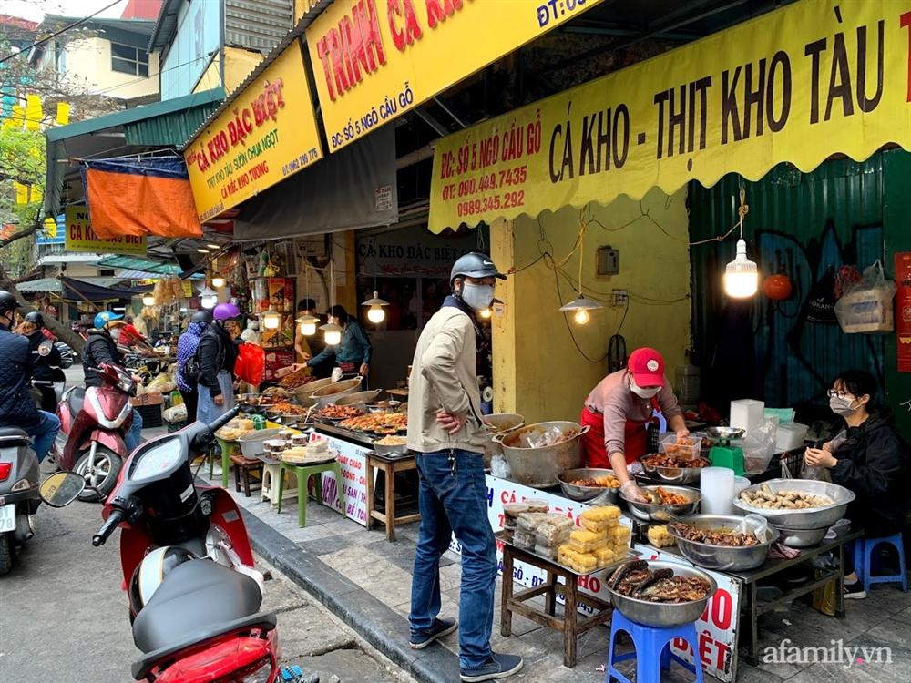 Thị trường đồ lễ ông Công ông Táo sôi động, đồ cúng hàng mã giữ nguyên giá nhưng thực phẩm, hoa quả tăng giá 30%-17