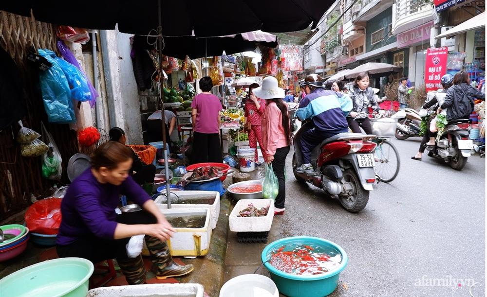 Thị trường đồ lễ ông Công ông Táo sôi động, đồ cúng hàng mã giữ nguyên giá nhưng thực phẩm, hoa quả tăng giá 30%-18