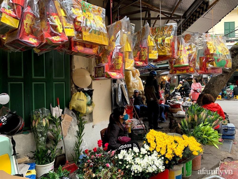 Thị trường đồ lễ ông Công ông Táo sôi động, đồ cúng hàng mã giữ nguyên giá nhưng thực phẩm, hoa quả tăng giá 30%-19