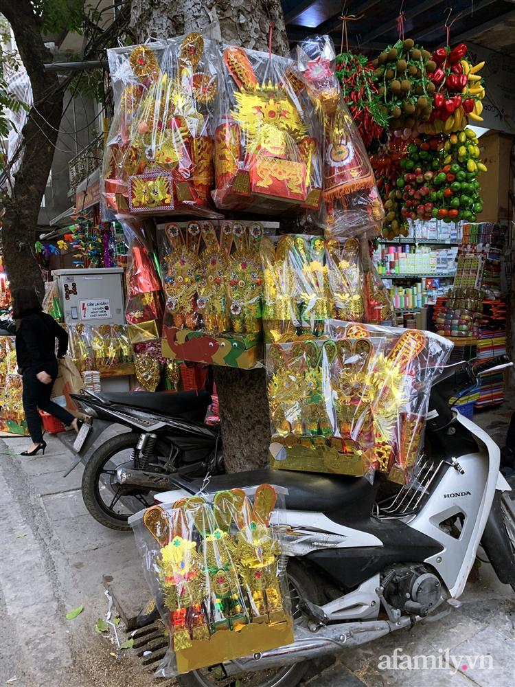 Thị trường đồ lễ ông Công ông Táo sôi động, đồ cúng hàng mã giữ nguyên giá nhưng thực phẩm, hoa quả tăng giá 30%-4