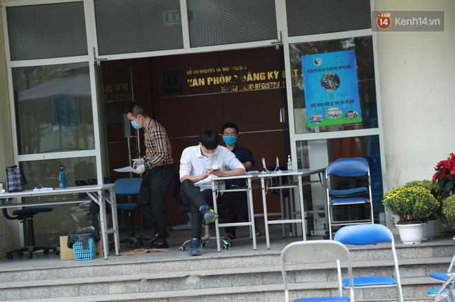 Có ca mắc Covid-19 ghé qua, VP Đăng ký đất đai Hà Nội phải tạm dừng hoạt động, tiến hành khử khuẩn-3