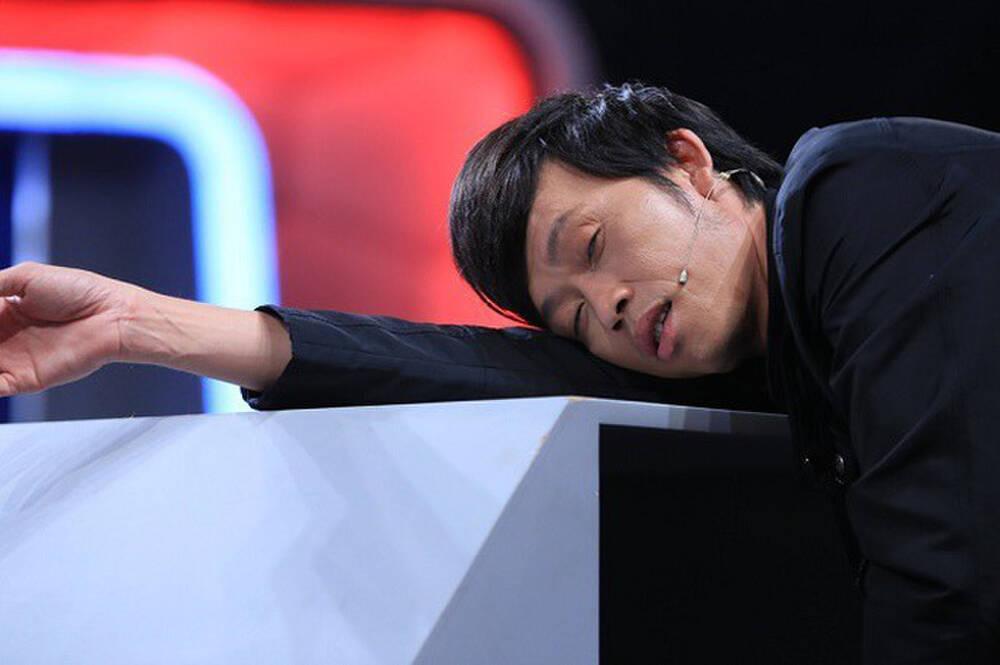 Hình ảnh nghệ sĩ Hoài Linh ngủ trên sân khấu khi đang tập kịch Tết khiến khán giả xót xa-3