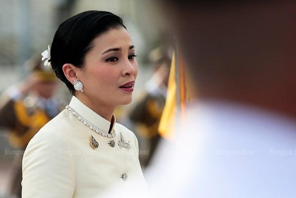 Tình trạng hiện tại của Hoàng hậu Suthida khiến dân chúng lo lắng sau khi Vua Thái tấn phong Hoàng quý phi thành Hoàng hậu thứ 2-2