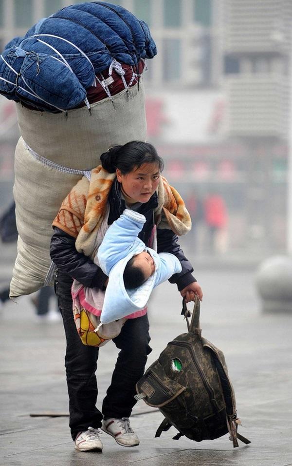 Người mẹ vừa vác hành lý vừa bế con về quê ăn Tết từng gây chấn động MXH xứ Trung, 11 năm sau đứa trẻ đã qua đời nhưng cuộc sống mẹ em gây ngỡ ngàng-1