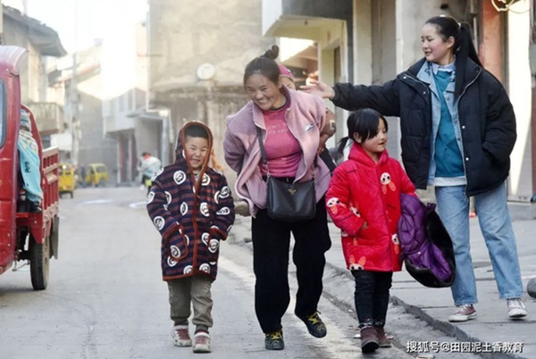 Người mẹ vừa vác hành lý vừa bế con về quê ăn Tết từng gây chấn động MXH xứ Trung, 11 năm sau đứa trẻ đã qua đời nhưng cuộc sống mẹ em gây ngỡ ngàng-3