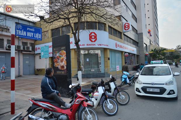 Ảnh, clip: Phong toả, phun khử khuẩn ngân hàng tại Hà Nội - nơi làm việc của ca mắc Covid-19 thứ 22-10