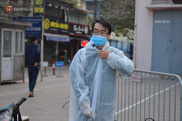 Ảnh, clip: Phong toả, phun khử khuẩn ngân hàng tại Hà Nội - nơi làm việc của ca mắc Covid-19 thứ 22-3
