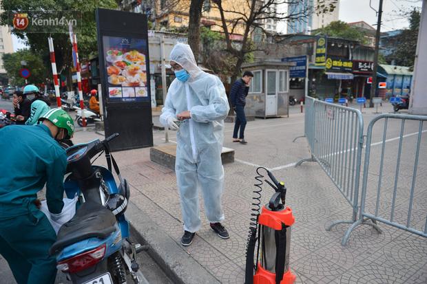 Ảnh, clip: Phong toả, phun khử khuẩn ngân hàng tại Hà Nội - nơi làm việc của ca mắc Covid-19 thứ 22-4