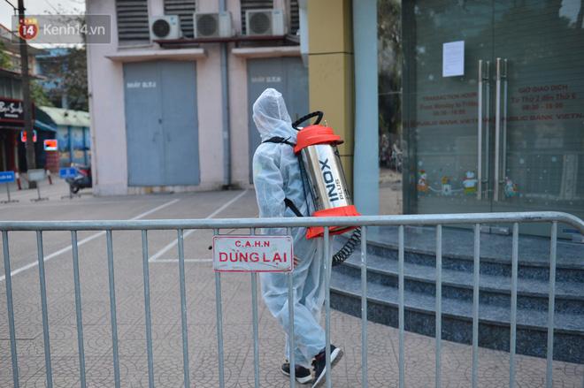 Ảnh, clip: Phong toả, phun khử khuẩn ngân hàng tại Hà Nội - nơi làm việc của ca mắc Covid-19 thứ 22-5
