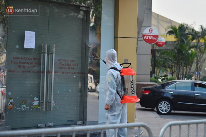 Ảnh, clip: Phong toả, phun khử khuẩn ngân hàng tại Hà Nội - nơi làm việc của ca mắc Covid-19 thứ 22-7