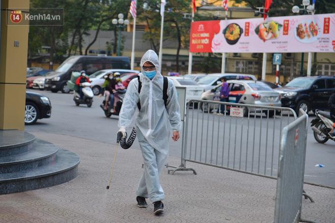 Ảnh, clip: Phong toả, phun khử khuẩn ngân hàng tại Hà Nội - nơi làm việc của ca mắc Covid-19 thứ 22-8