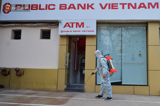 Ảnh, clip: Phong toả, phun khử khuẩn ngân hàng tại Hà Nội - nơi làm việc của ca mắc Covid-19 thứ 22-9