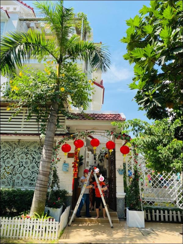 Sao Việt trang trí nhà cửa đón Tết: Lã Thanh Huyền 3 đời chơi lan Hồ Điệp, Thúy Hạnh thiết kế sânvườn đèn hoa lộng lẫy như nhà hàng Nhật-9