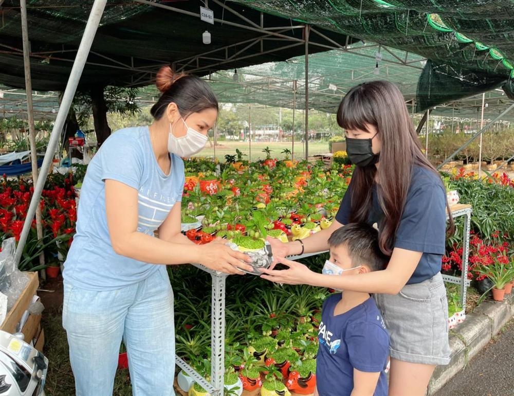 Mới 21, 22 âm nhưng hot mom Thủy Anh đã nhất quyết dẫn 2 con đi mua hoa Tết, hóa ra cô muốn dạy con bài học tuyệt vời như này-1