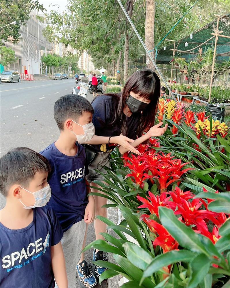 Mới 21, 22 âm nhưng hot mom Thủy Anh đã nhất quyết dẫn 2 con đi mua hoa Tết, hóa ra cô muốn dạy con bài học tuyệt vời như này-2