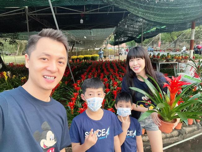 Mới 21, 22 âm nhưng hot mom Thủy Anh đã nhất quyết dẫn 2 con đi mua hoa Tết, hóa ra cô muốn dạy con bài học tuyệt vời như này-3